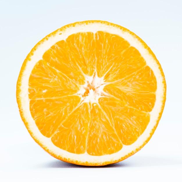 白い背景の上のトロピカルオレンジの半分 無料写真