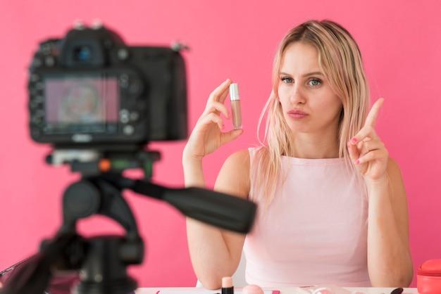 Блондинка с эффектом записи делает макияж видео Бесплатные Фотографии