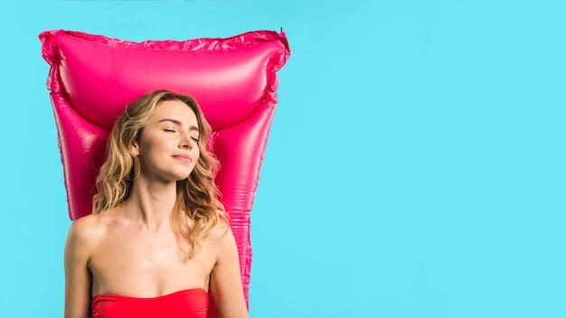 Молодая привлекательная женщина, лежа на надувном матрасе Бесплатные Фотографии