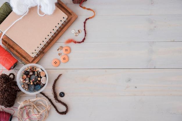 ウールビーズ;文字列木製の机の上のスプール 無料写真