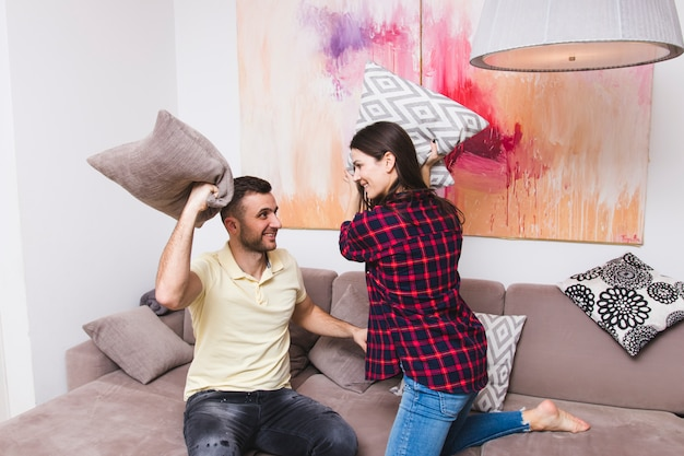 若いカップルが自宅の枕との戦い 無料写真
