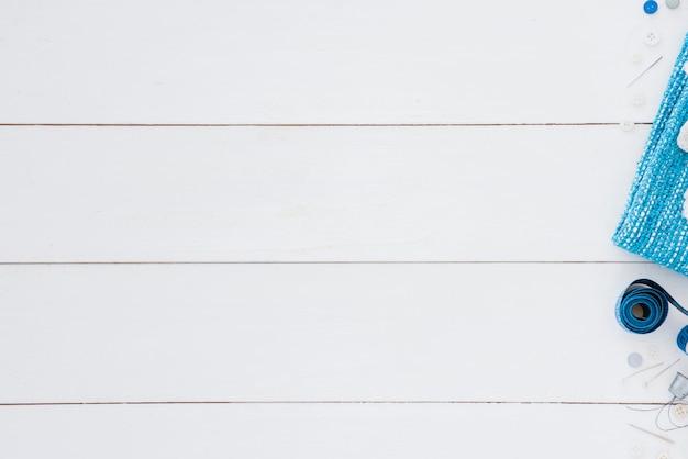 ボタン;巻き尺;針とテキストを書くためのスペースと白い机の上の指ぬき 無料写真