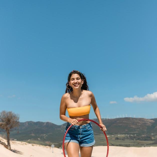 Молодая стройная женщина с обручем Бесплатные Фотографии