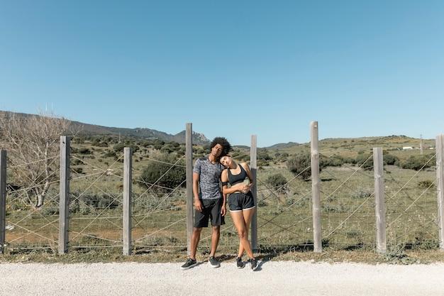 疲れた若いカップルの練習を実行した後ポーズ 無料写真