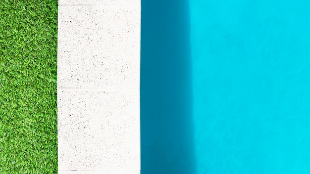 Опушка травы, каменная кайма и вода бассейна Бесплатные Фотографии