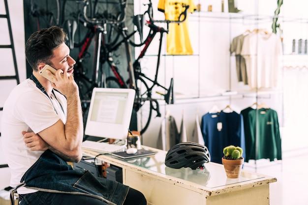 店員さんと一緒に自転車屋さん 無料写真