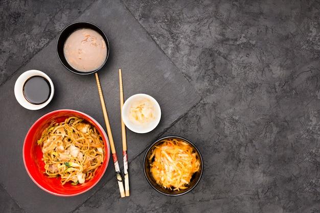 黒い表面上のおいしい中華料理の俯瞰 無料写真