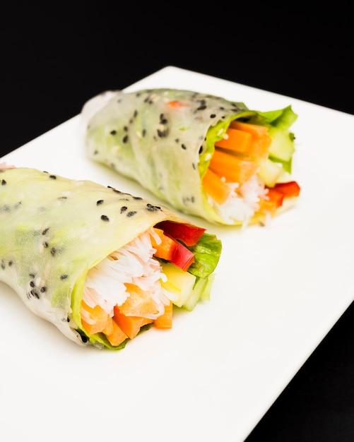 Летний рулет с красочными овощами на белой тарелке Бесплатные Фотографии
