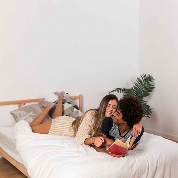 異人種間のカップルが一緒に読んでの肖像画 無料写真