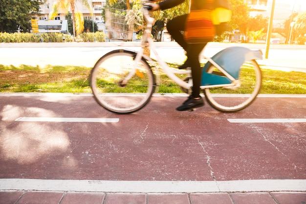 公園で自転車に乗った女性のクローズアップ 無料写真