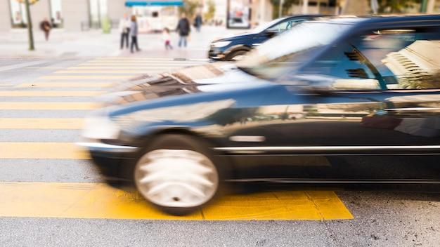 アスファルトに印刷された黄色の縞模様の都市車 無料写真