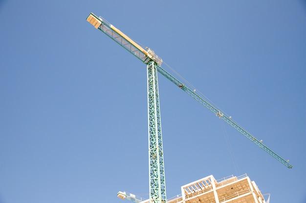 青い空を背景に工事現場の低角度のビュー 無料写真