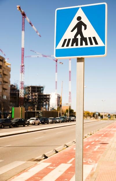 Конец-вверх предупредительного знака пешеходов в городской улице с строительной площадкой Бесплатные Фотографии