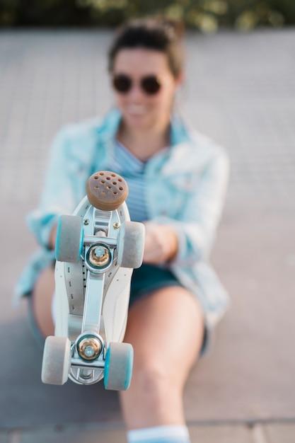 Расфокусированные молодая женщина, показаны ноги с роликовых коньках Бесплатные Фотографии