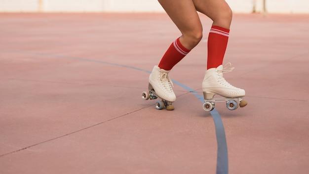 ローラースケートでスケートをする女性の低いセクション 無料写真