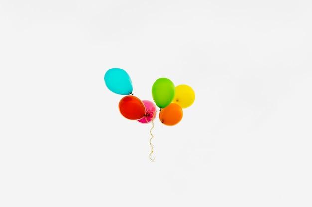 曇り空で色とりどりの風船 無料写真
