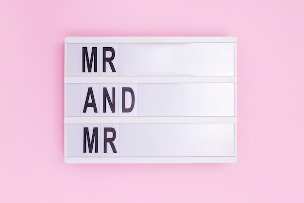 Мистер и мистер световое окно сообщение на розовом фоне Бесплатные Фотографии