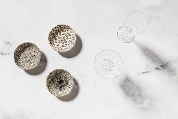 大理石のテーブルに様々な食器の組成 無料写真