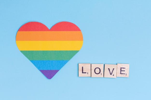 Значок сердца лгбт и слово любовь на деревянных блоках Бесплатные Фотографии