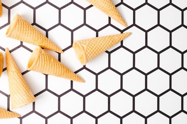 六角形の背景にシャキッとしたアイスクリームカップ 無料写真