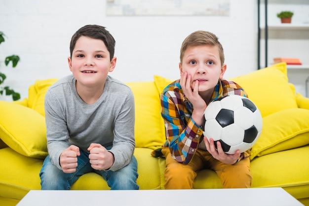 Мальчики с футбольным мячом Бесплатные Фотографии