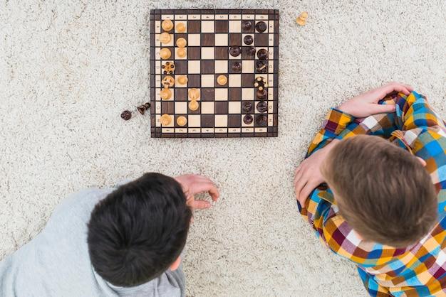 チェスをしている男の子 無料写真