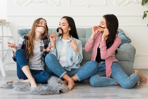 若い女性が家で楽しんで 無料写真