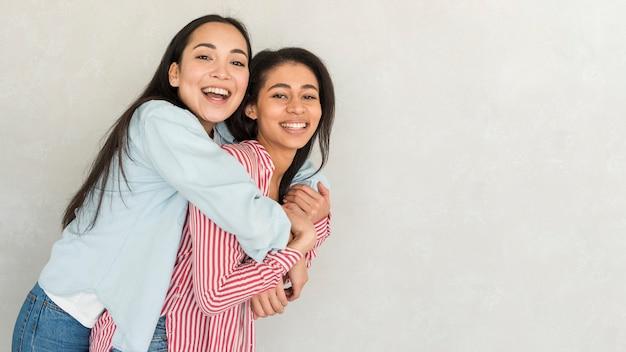 幸せな親友の抱擁 無料写真