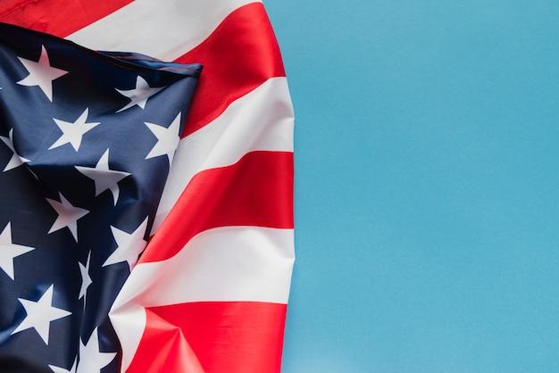 青の背景にアメリカの国旗 無料写真