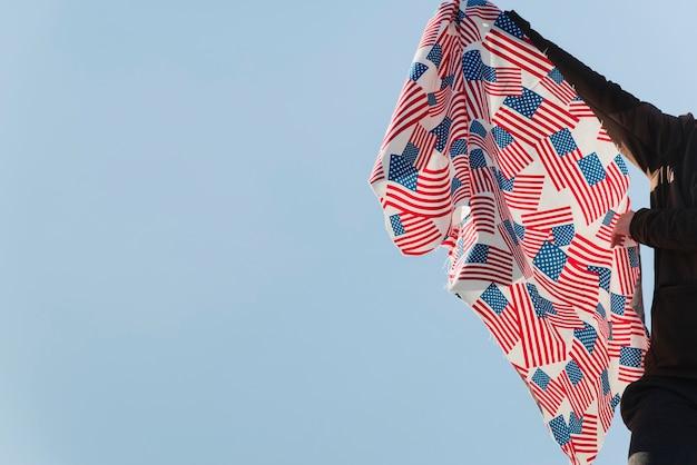 アメリカの国旗を振っている人 無料写真
