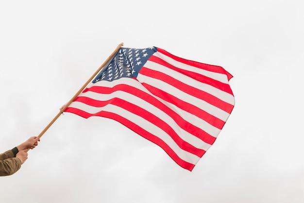 アメリカの国旗を振っている手 無料写真