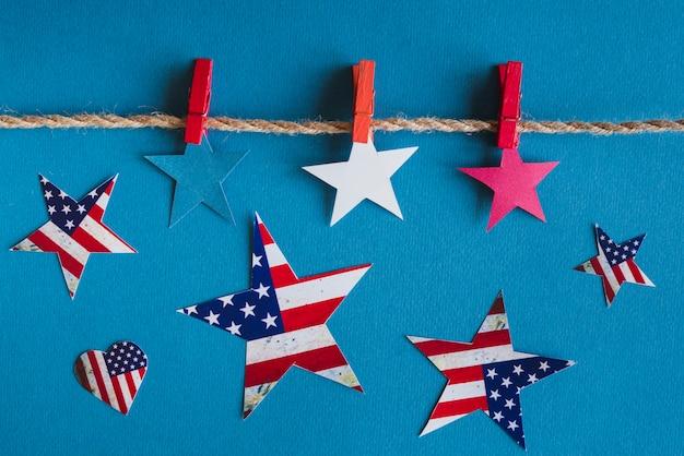 青の背景にアメリカの愛国心が強い星 無料写真