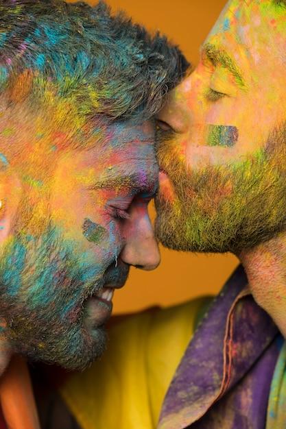 芸術的な塗装の同性愛者の男性が額に彼氏にキス 無料写真