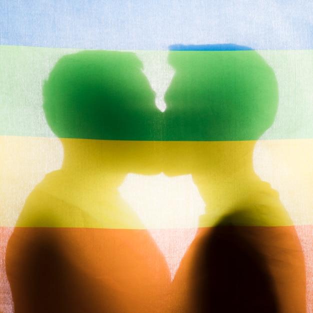 男性にキスをするシルエット 無料写真