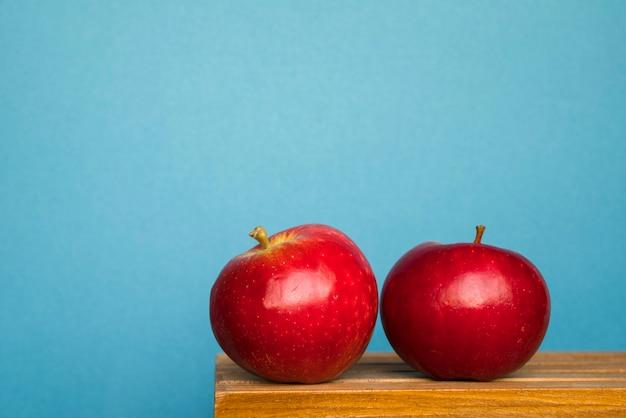 Спелые красные яблоки на столе Бесплатные Фотографии