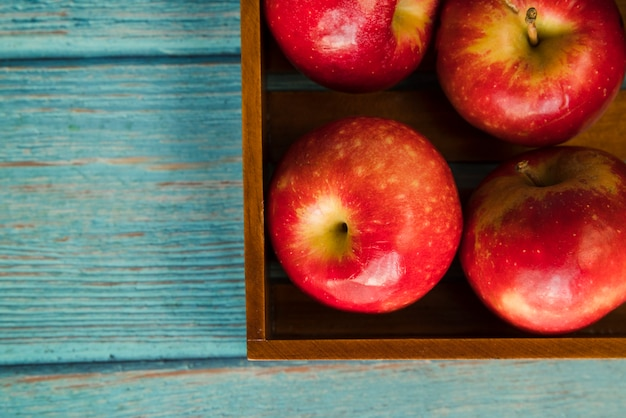 木製の箱でおいしいりんご 無料写真