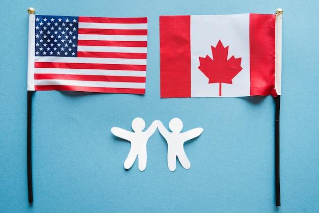 小さな旗を持つ紙の人々 無料写真