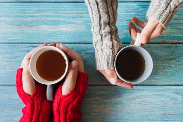 お茶のカップを両手 無料写真