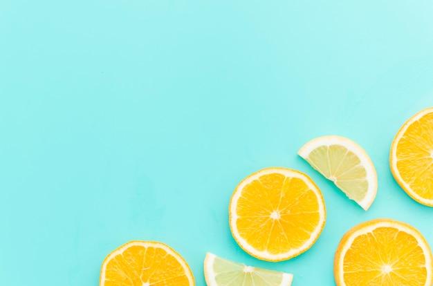 テーブルの上の柑橘系の果物のスライス 無料写真