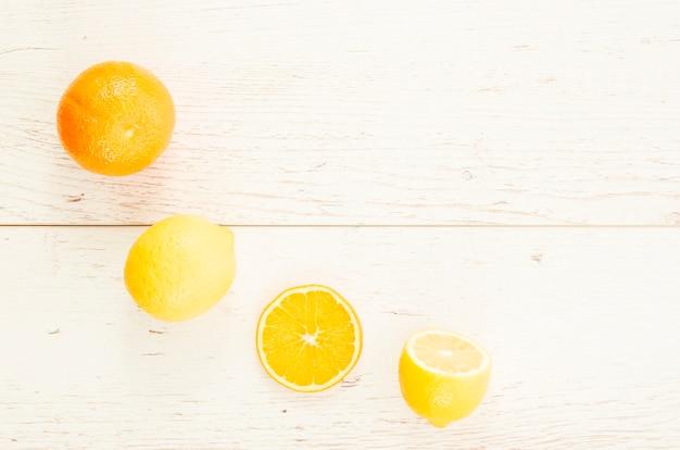 木製の背景に柑橘系の果物 無料写真