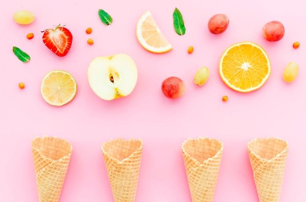 トロピカルフルーツとアイスクリームコーンの組成 無料写真