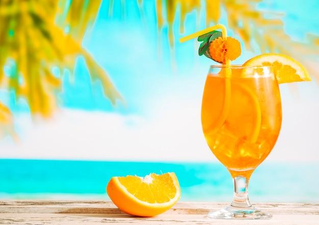 熟したスライスオレンジとジューシーな柑橘類の飲み物のガラス 無料写真