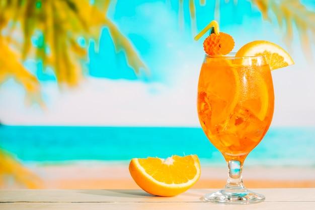新鮮なオレンジ色の飲み物とスライスされたオレンジ色のガラス 無料写真