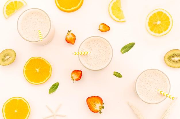 Молочные коктейли с соломкой, нарезанными фруктами и ягодами Бесплатные Фотографии