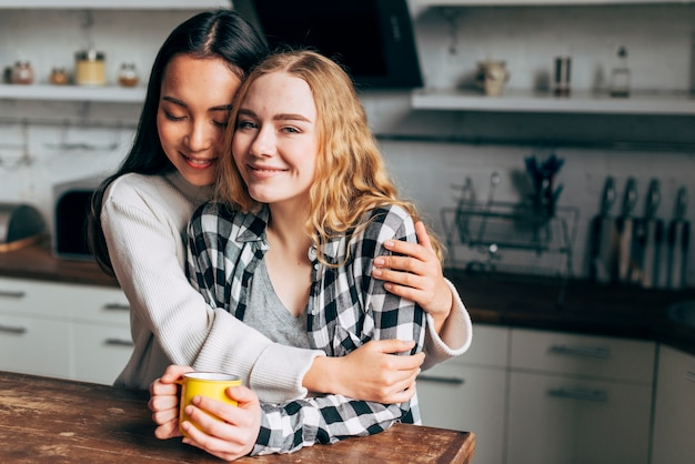レズビアンのカップルが台所で抱いて 無料写真