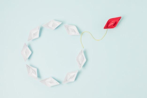 リーダーシップの概念を表す折り紙ボート 無料写真