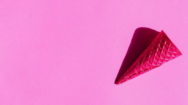 Пустые хрустящие конусы мороженого на фоне красочных Бесплатные Фотографии