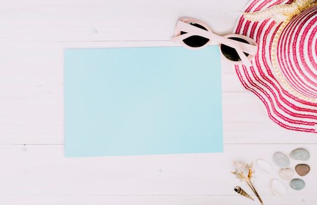 明るい背景に夏のアクセサリーと空の紙 無料写真