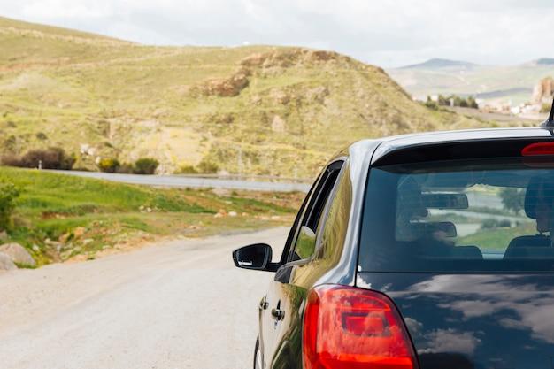 Автомобиль едет по дороге на природе Бесплатные Фотографии