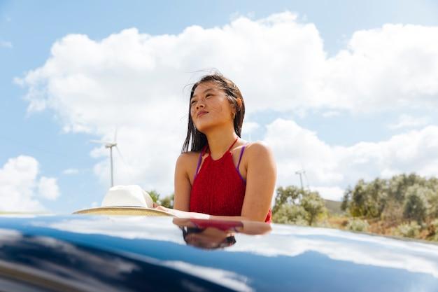 Мечтательная азиатская женщина в путешествии Бесплатные Фотографии